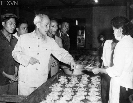 Visiting rubber, soap and tobacco factories in Hanoi on February 24th, 1959, President Ho Chi Minh visited the workers canteen.