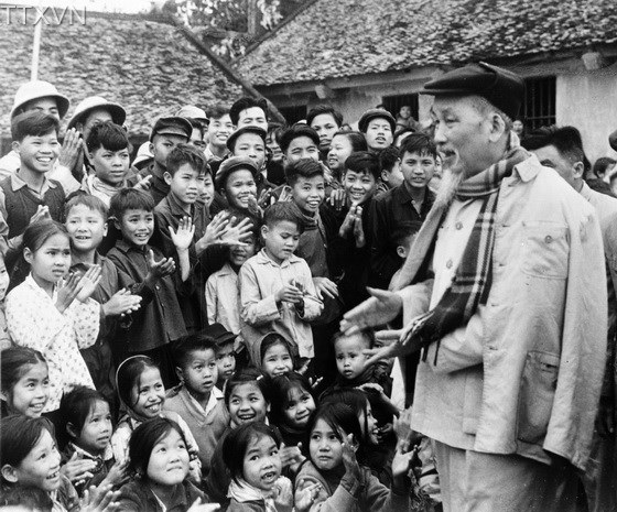 Uncle Ho and children in Ha Bac province on February 9th, 1967