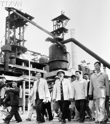 President Ho Chi Minh visited a construction site in Thai Nguyen Iron and Steel Area in 1964.
