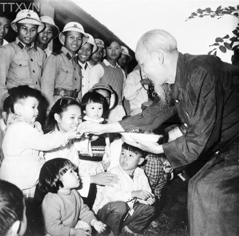 Uncle Ho visited children who were from the south gathered in the north in Thanh Hoa province in 1957.