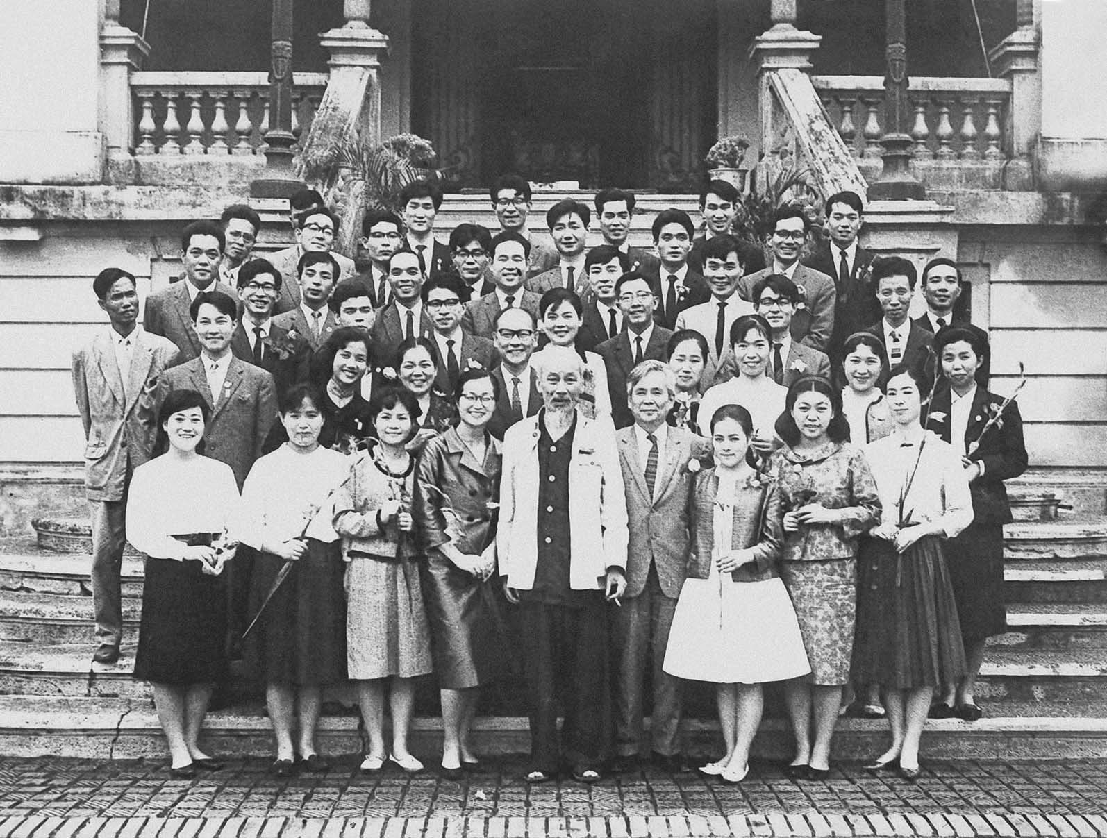 President Ho Chi Minh receiving a Japanese folklore dance-and-song group visiting and performing in Vietnam (November 11th, 1963)
