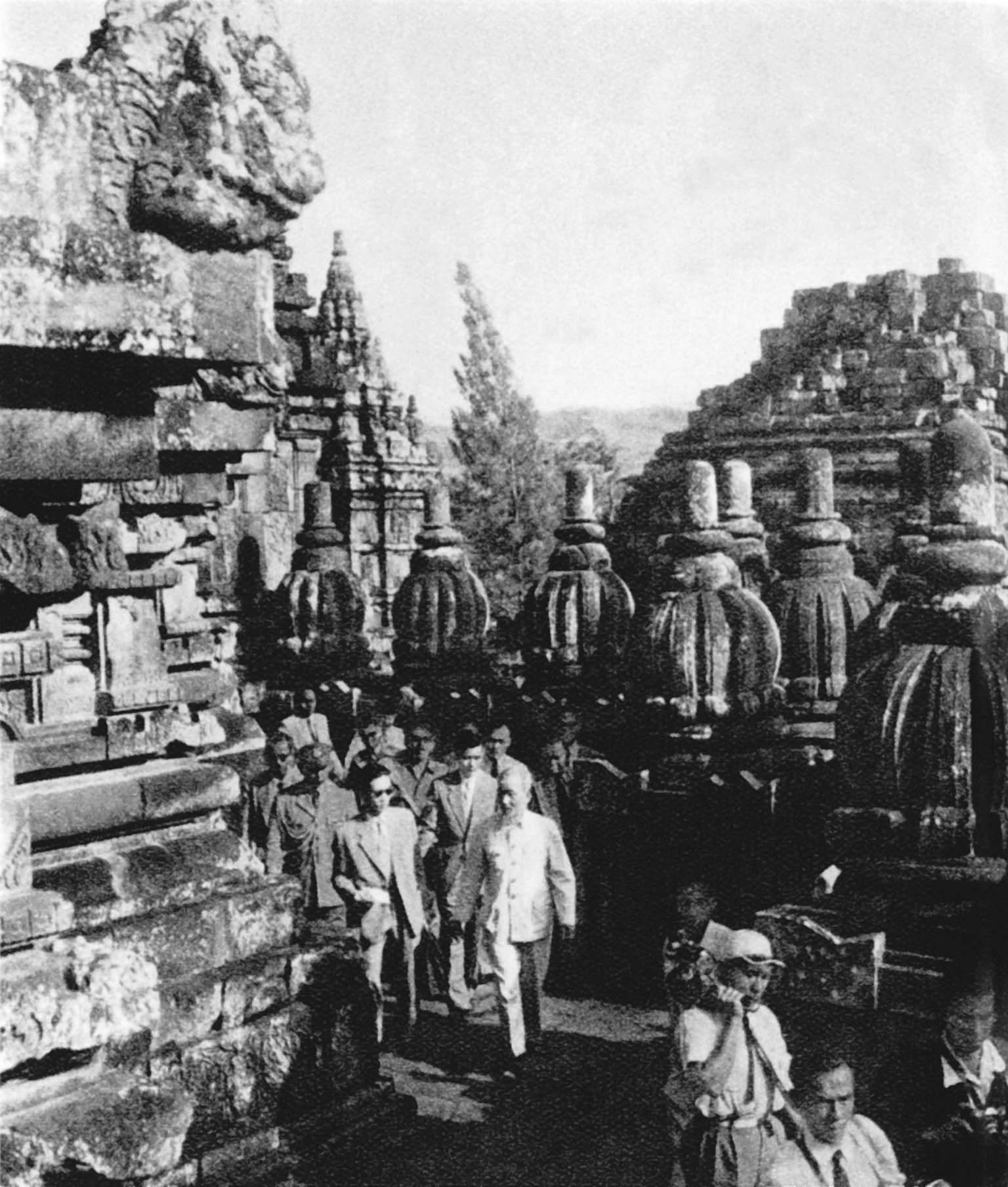 President Ho Chi Minh visiting Brobadia temple, a cultural work, during his friendship visit to the Republic of Indonesia (February 1959)