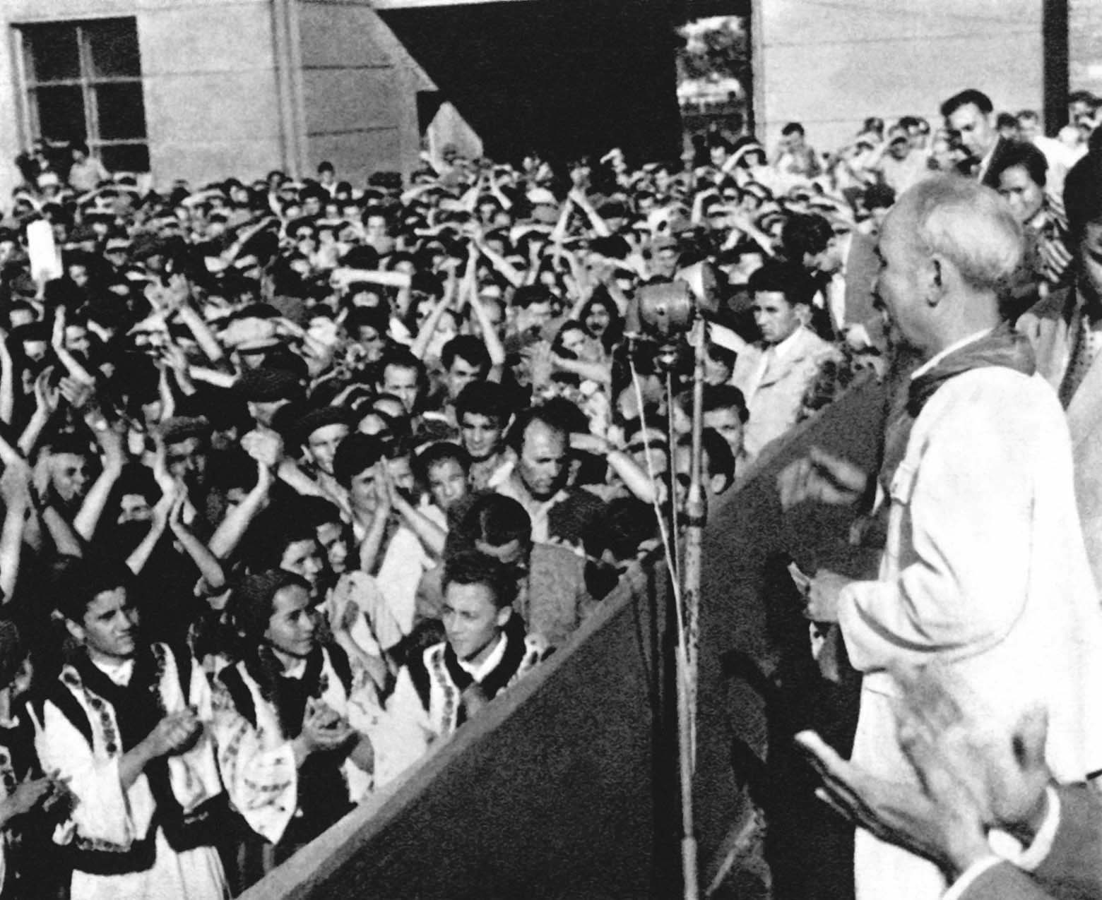 President Ho Chi Minh talking to the workers of the tractor manufacturing factory of Romania (August 1957)