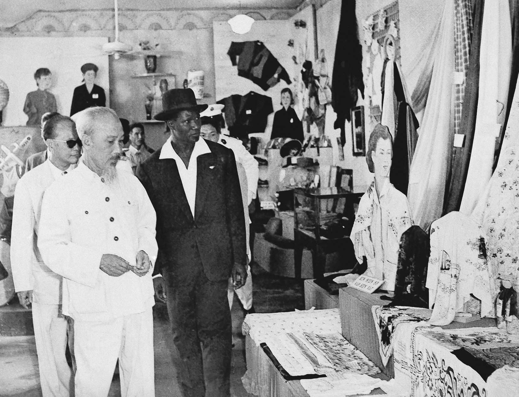 President Ho Minh and the President of the Republic of Guinea, Mr. Amed Sekoutoure, visiting the Exhibition of 15 years of building of the Democratic Republic of Vietnam (September 17th, 1960)