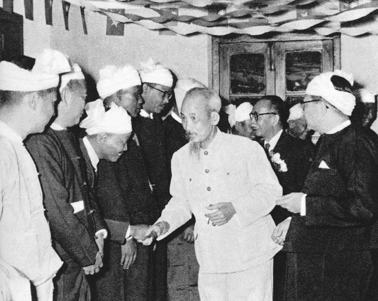 The Myanmar people welcoming President Ho Chi Minh during his friendship visit to the Republic Federation of Myanmar (February 14th, 1958)