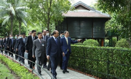 Japanese PM in President Ho Chi Minh Relic during Vietnam visit