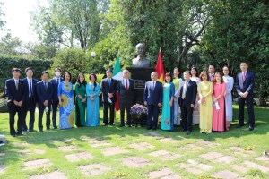 Vietnamese people in Mexico commemorate President Ho Chi Minh